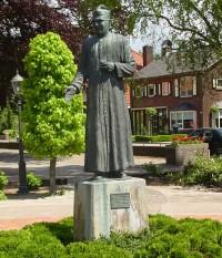 Veldmaat Bonifatius kerk Standbeeld Brandsma (3)